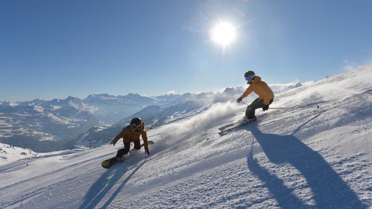 Snowboard und Ski