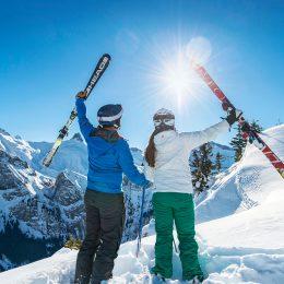 Zwei Skifahrer geniessen die Sonne, den Schnee und die Aussicht zum Lohner.