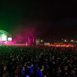 Die Menschenmenge geniesst das Konzert.