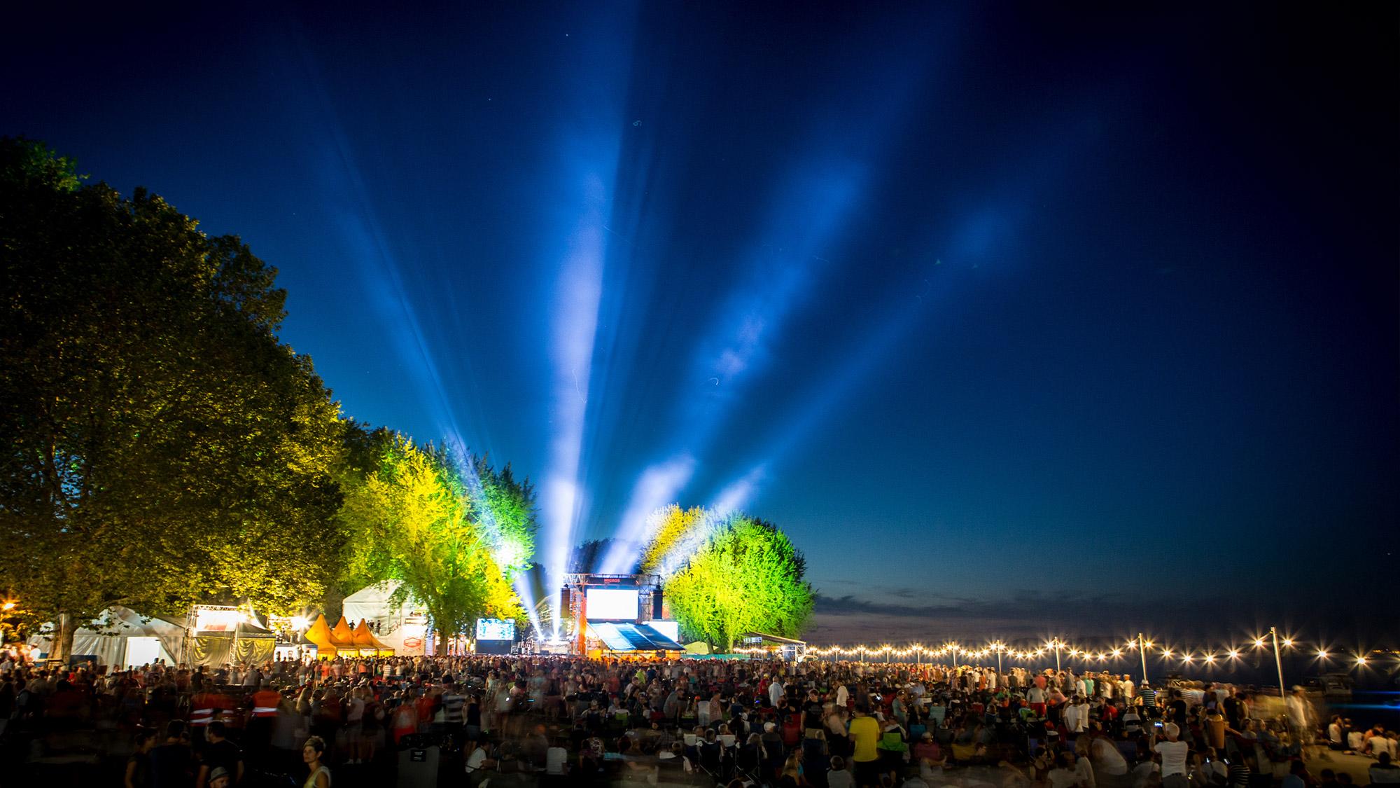Fast wie Nordlichter: Die Scheinwerfer am SummerDays Festival.