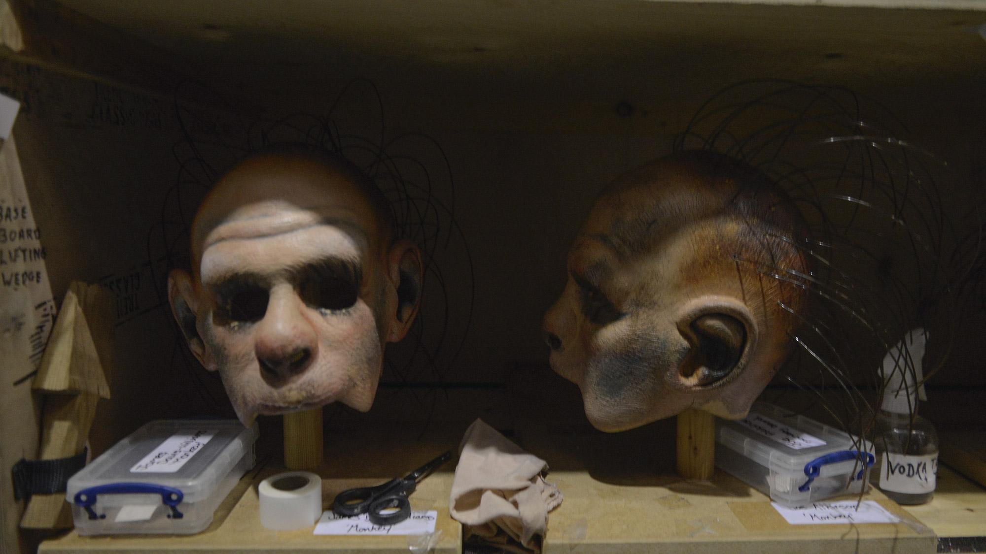 Alles handgemacht: Die 350 Kostüme, 75 Perücken und die Affenmasken sind für jeden Darsteller von Hand gefertigt.