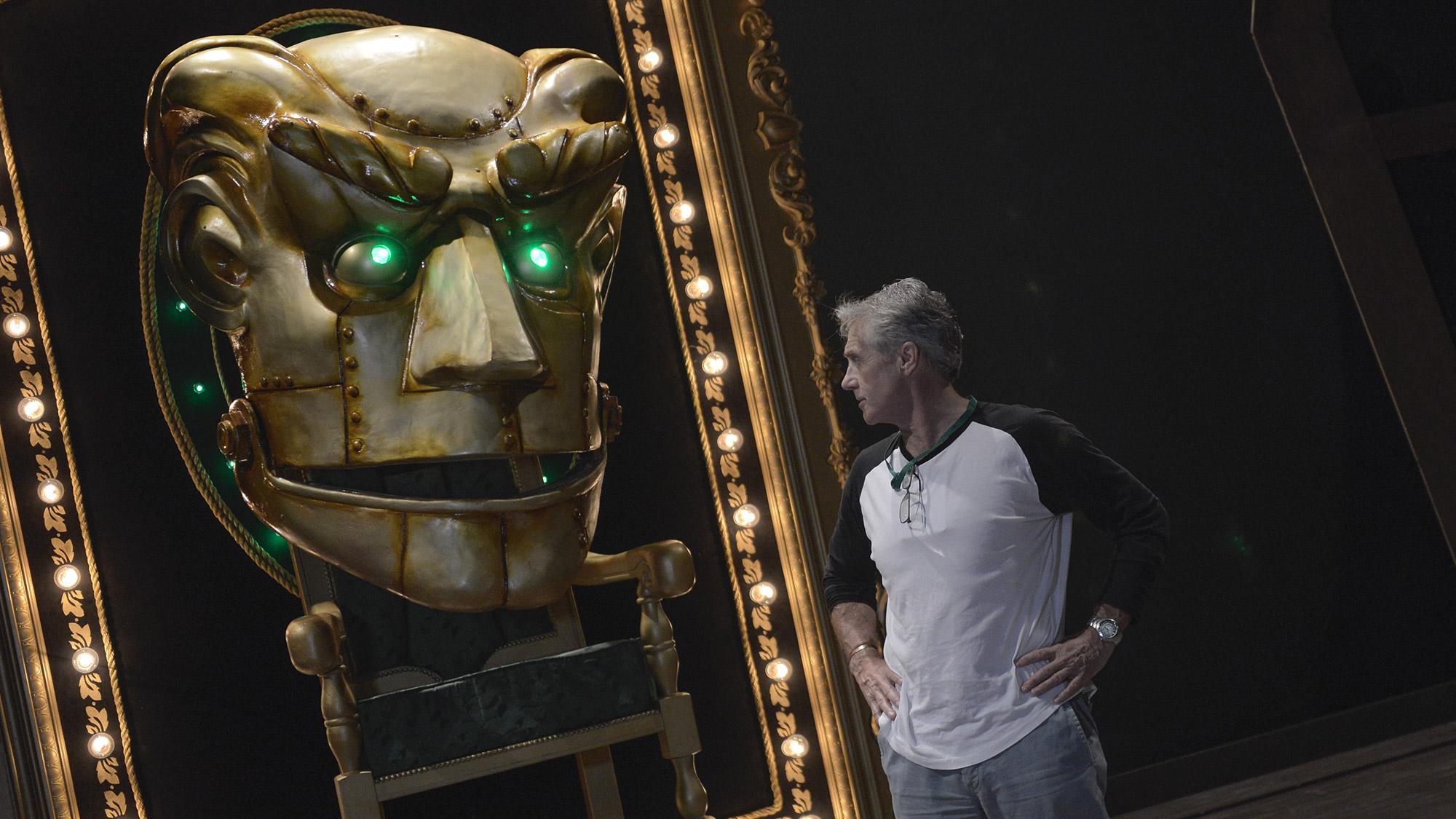Von Hand: Der riesige Kopf des Zauberers von Oz wird von einem Techniker zur Stimme des Schauspielers mechanisch gesteuert.