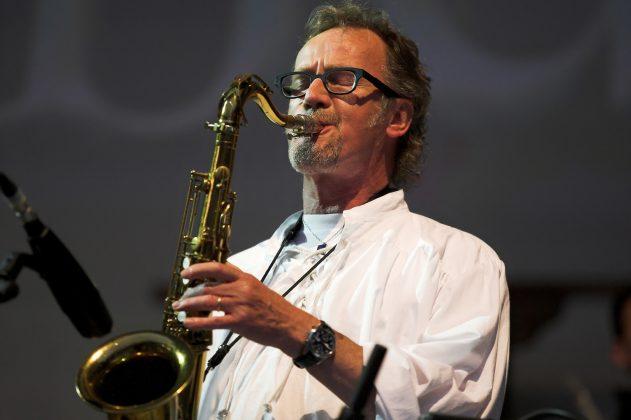 John Helliwell begeistert mit dem typischen Sax-Sound.
